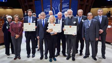 Preisverleihung in Straßburg - Simone Gaboriau (Bildmitte) übernimmt stellvetretend den Preis für Murat Arslan