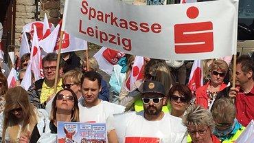 Sparkassenbeschäftigte aus Sachsen, Sachsen-Anhalt und Thüringen beim Warnstreik in Straußberg (11.04.2018)