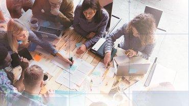 Titelbild JAV-PR-Forum 2018, Das Bild zeigt eine Gruppe Menschen die gemeinsam arbeiten