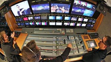 """Hinter den Kulissen: Filmproduktion an Steuerpult und Monitoren. Nachhaltigkeit bei der Film- und Fernseh-Produktion kann ab 1. Januar 2022 mit dem Label """"Green Motion"""" gekennzeichnet werden"""